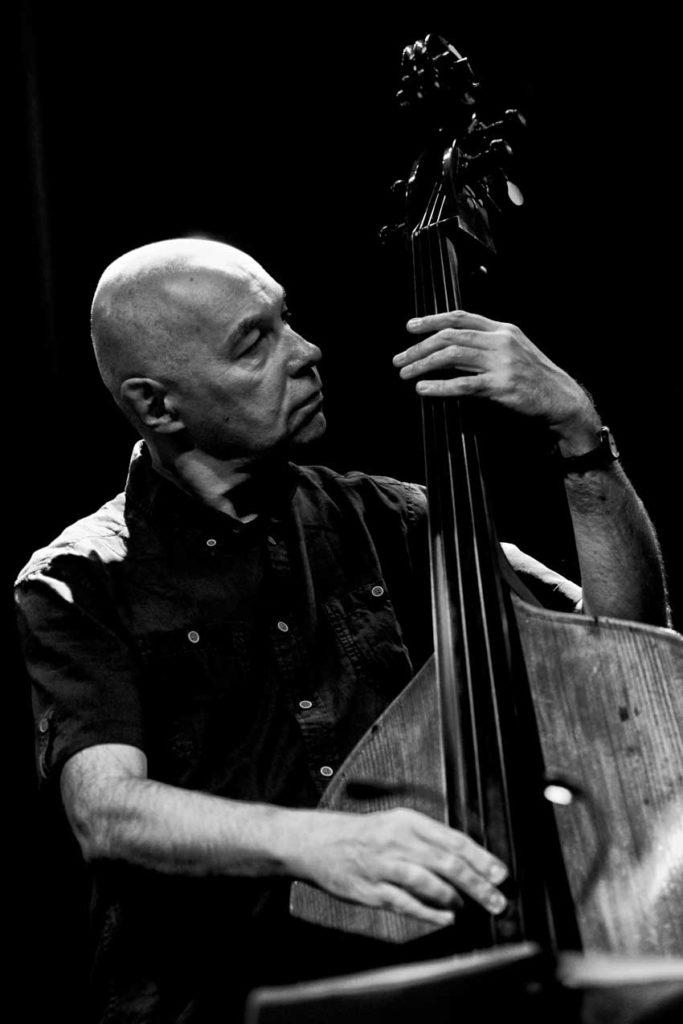 Jaromír Honzák hraje na kontrabas
